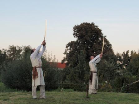 Představení s mečem, Zahradní dvůr Listen.